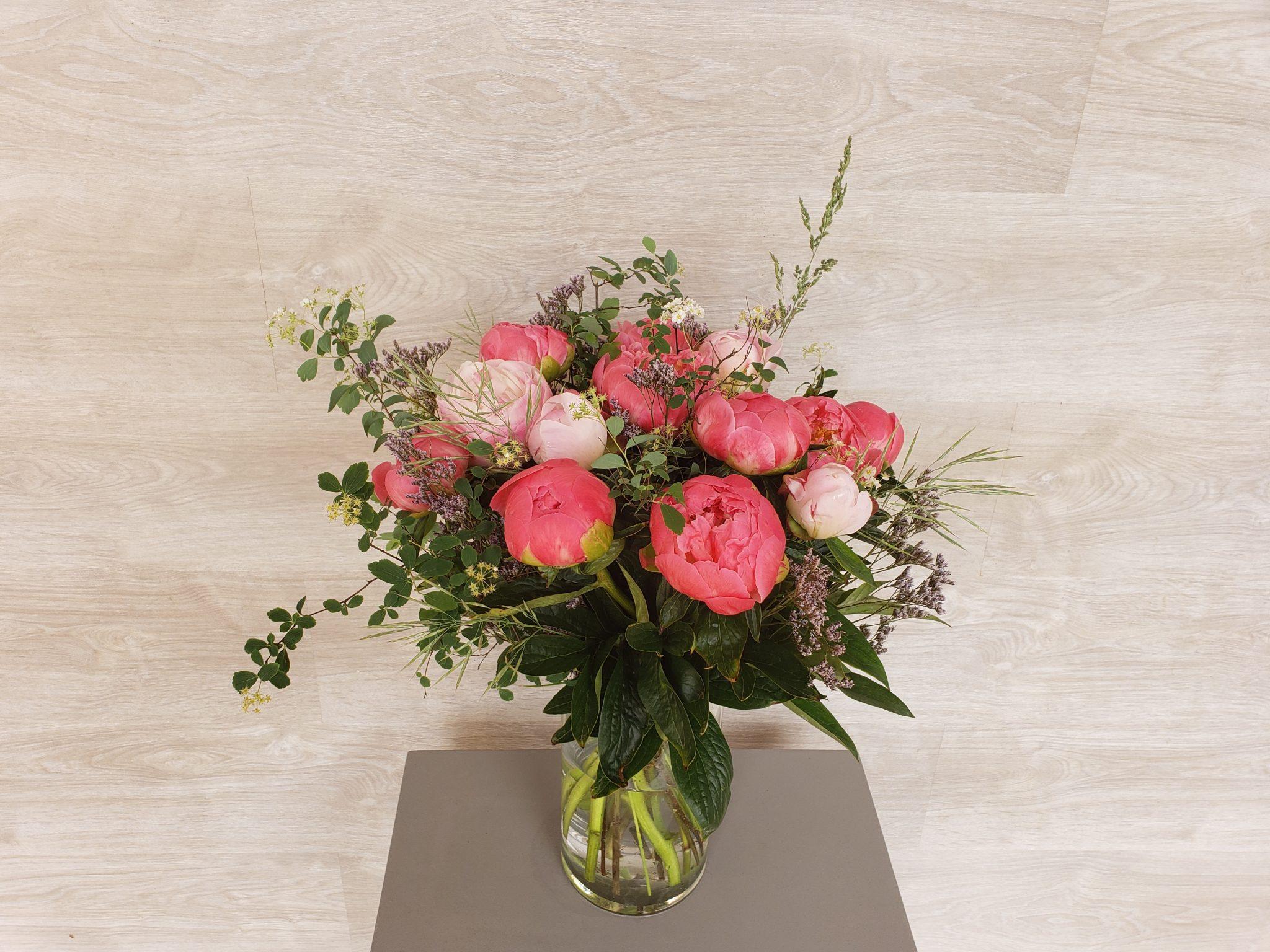 Bouquet de pivoines multicolores accompagnées de fleurettes et feuillages aériens.  (photo : taille classique)... [https://www.mariedanede.fr/boutique/bouquets/bouquet-de-fleurs-de-pivoines/]