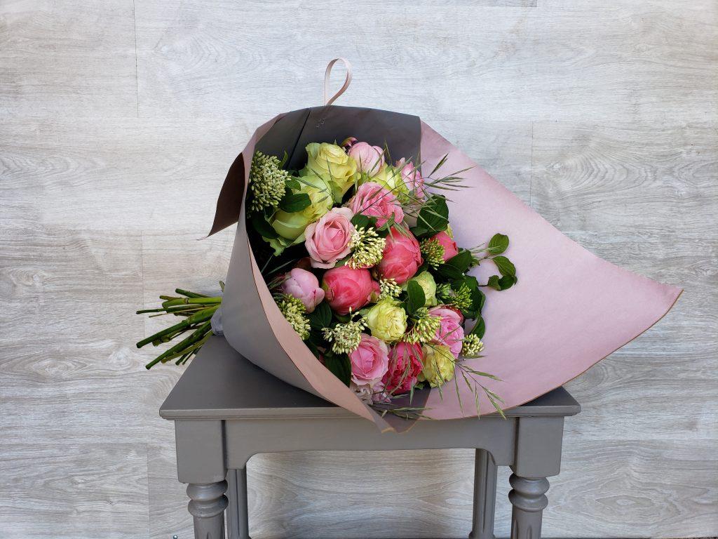 Bouquet romantique de composées de Roses et de Pivoines en camaïeu pastel accompagnées de graminées.  (photo : taille Classique)... [https://www.mariedanede.fr/boutique/bouquets/bouquet-de-fleurs-de-roses-et-de-pivoines/]