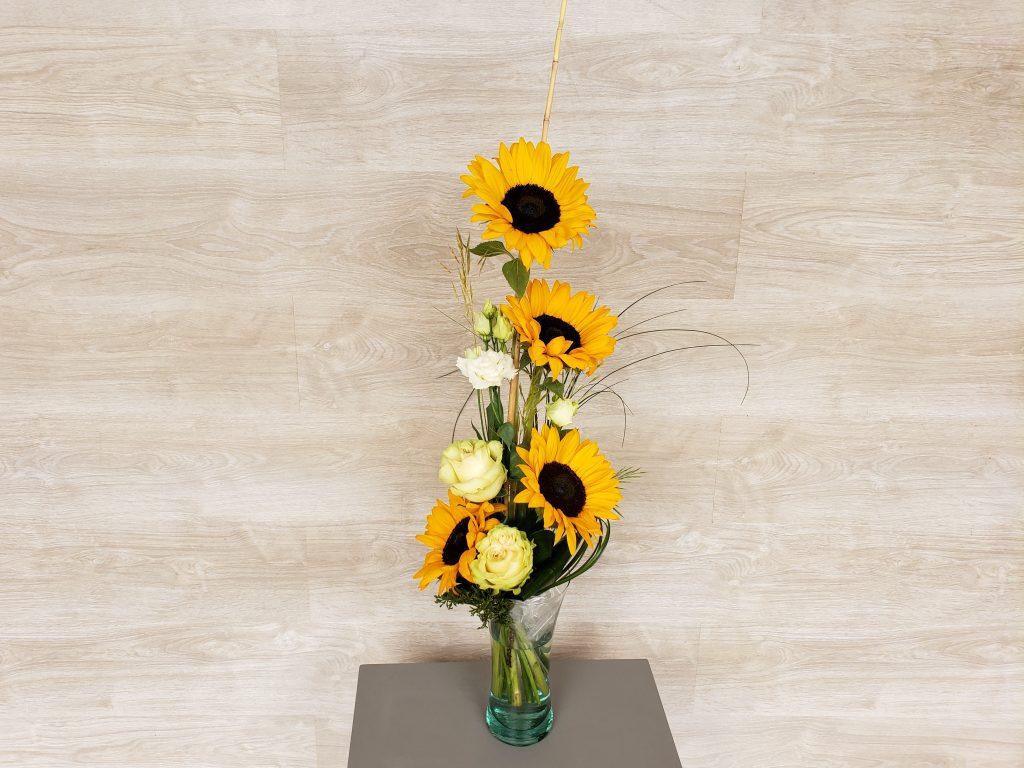 Offrez un rayon de soleil avec ce bouquet en hauteur estival, composé de tournesols, lisianthus et roses. (photo : taille Classique)... [https://www.mariedanede.fr/boutique/bouquets/bouquet-de-fleurs-moderne-de-tournesols/]
