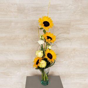 Bouquet de fleurs avec tournesol, lisianthus et rose
