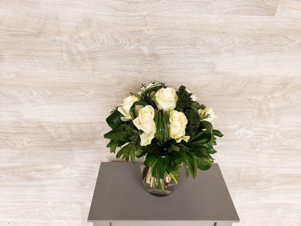 De belles roses blanches assemblées en bouquet rond avec du feuillage travaillé en boucle. (photo : taille Classique)... [https://www.mariedanede.fr/boutique/bouquets/bouquet-de-fleurs-rond-de-roses-blanches/]