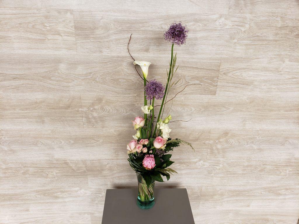 Bouquet champêtre et sauvage en camaïeu de rose et violine, composé de fleurs de saison dont des Arums, Alliums et Pivoines. (photo : taille Classique)... [https://www.mariedanede.fr/boutique/bouquets/bouquet-de-fleurs-champetre-moderne-alium-arum-pivoine-et-lisianthus/]