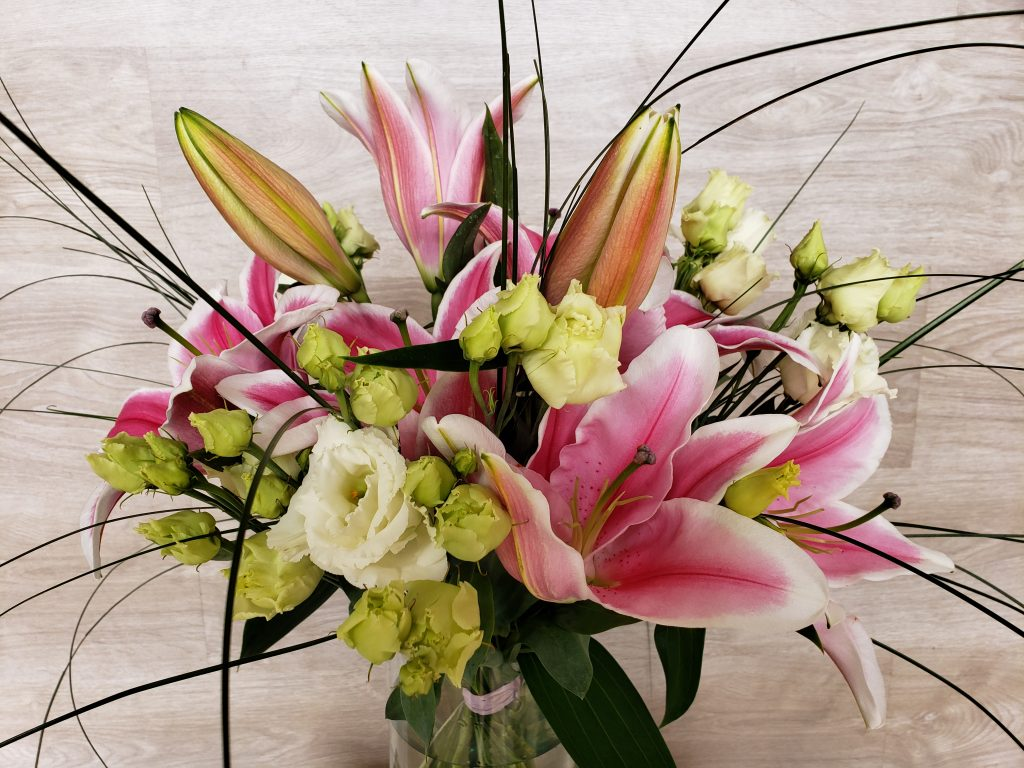 Offrez un bouquet parfumé... Composé de Lys, lisianthus et de feuillages aériens, avec ses longues tiges il convient à un grand vase. (photo : taille Mignon)... [https://www.mariedanede.fr/boutique/bouquets/bouquet-fleurs-de-lys-et-lisianthus/]