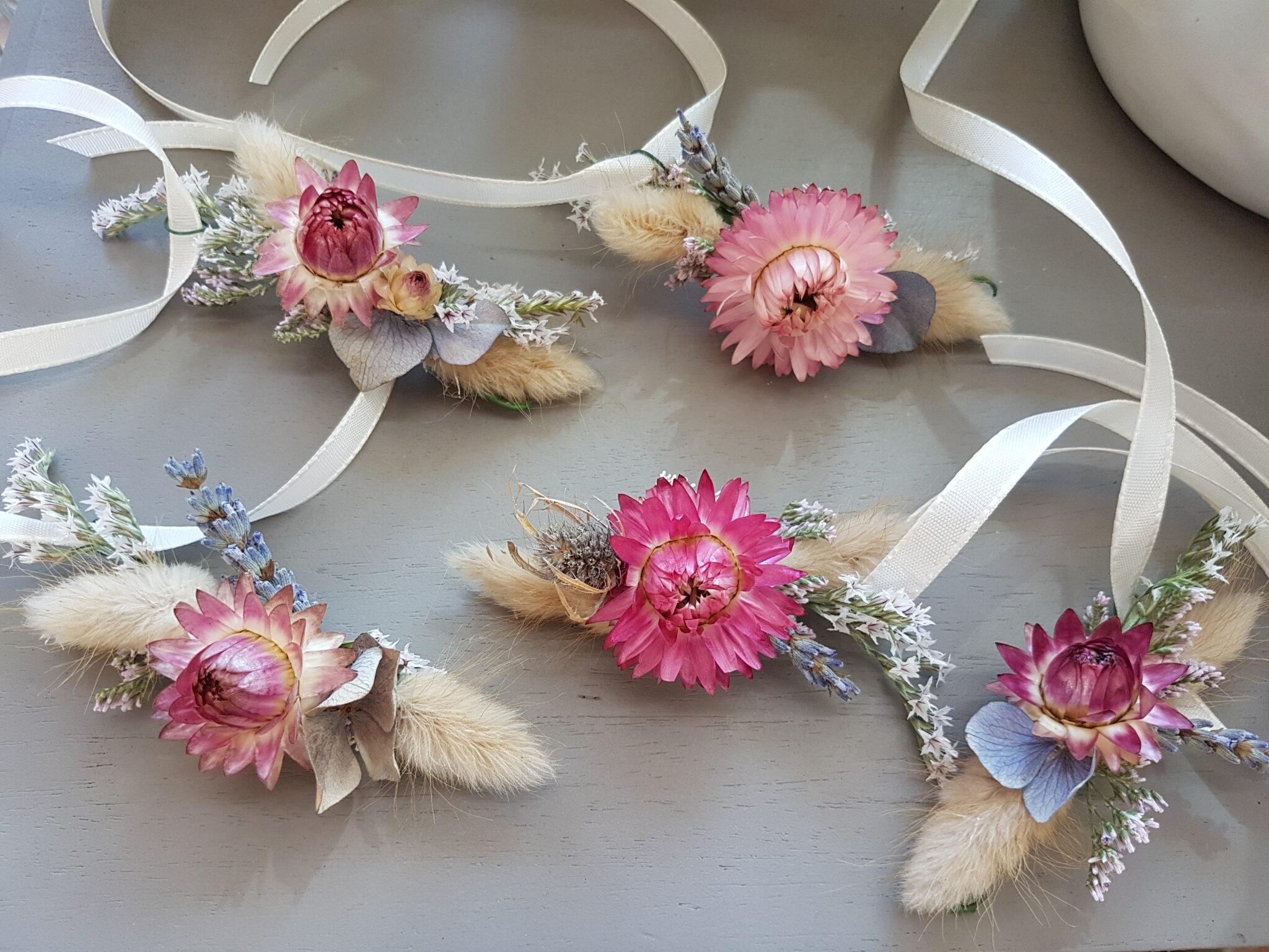 Bracelets en fleurs séchées réalisés pour un mariage Champêtre et délicat, avec immortelle, statice, lagurus et eucalyptus... [https://www.mariedanede.fr/blog/realisations/realisations-en-fleurs-sechees-pour-un-mariage/]